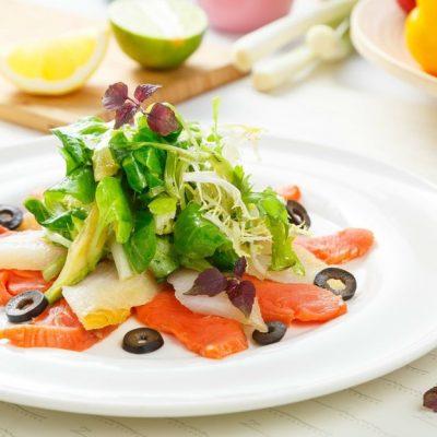 Изысканный салат из авокадо и соленой рыбы - рецепт с фото