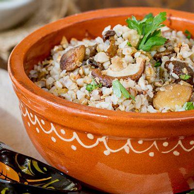 Каша «по-боярски» из гречневой крупы с грибочками - рецепт с фото