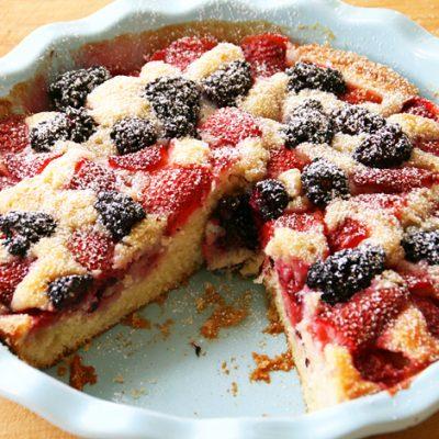 Клубнично-ежевичный пирог – хороший вариант летнего завтрака - рецепт с фото