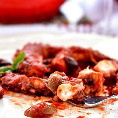 Осьминог, тушеный в томатах - рецепт с фото