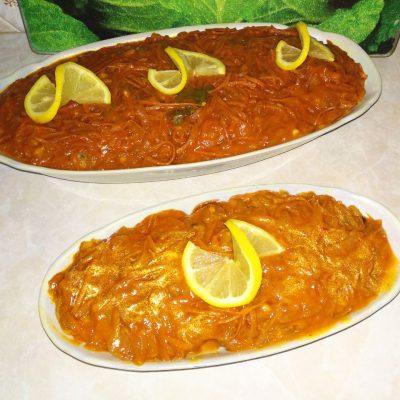 Хек под овощами (лук и морковь) - рецепт с фото