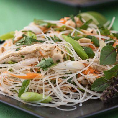 Салат из рисовой лапши с кусочками курицы по-тайски - рецепт с фото