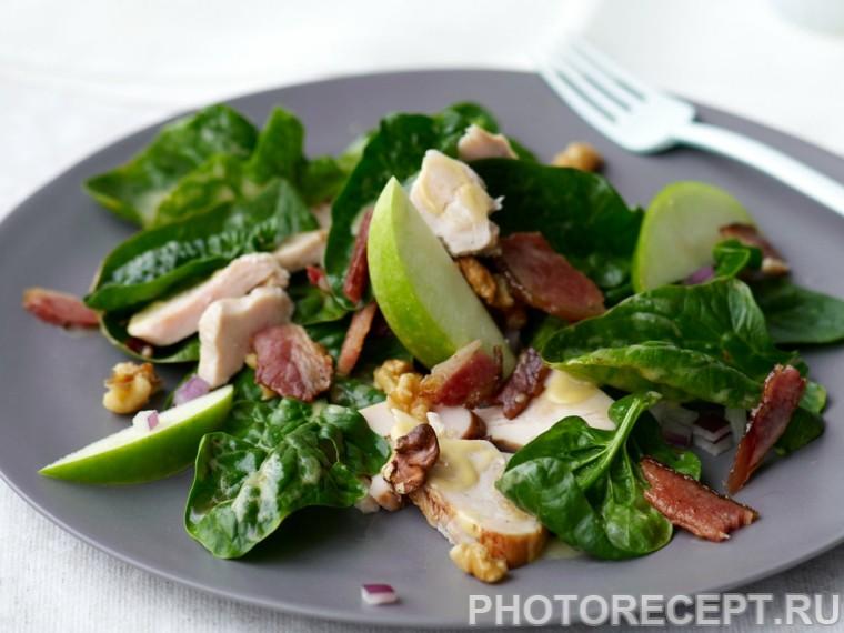 Салат из шпината с копченой курицей и яблоком