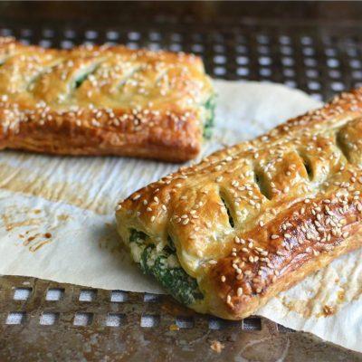 Слоеные пирожки с творогом и шпинатом - рецепт с фото