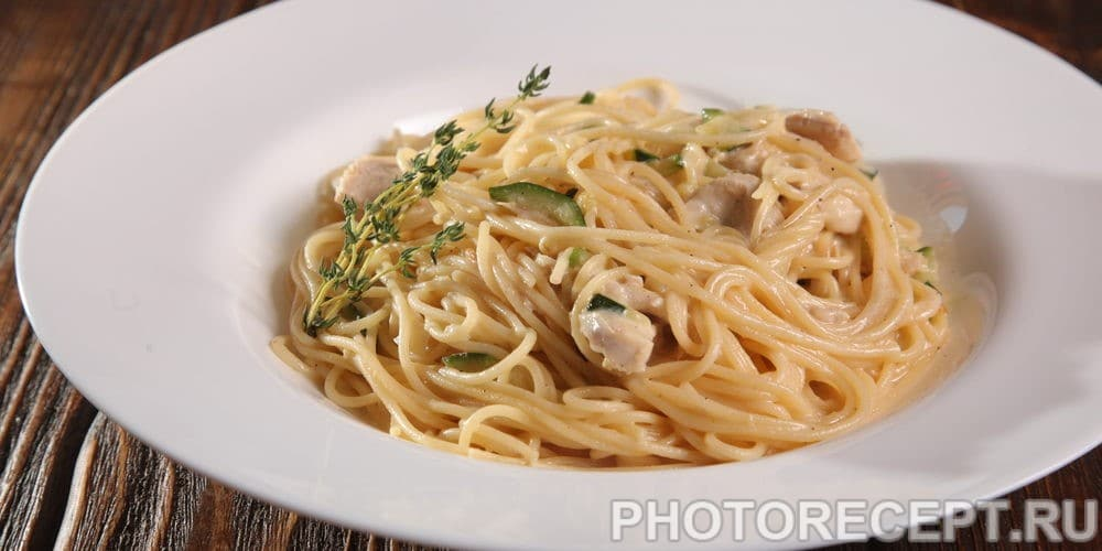 Спагетти с тунцом и цукини в сливках