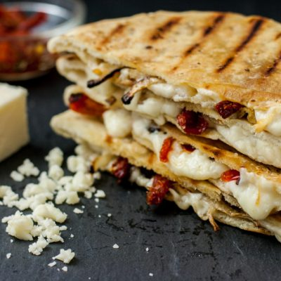 Сырная пита с помидорами на гриле - рецепт с фото