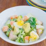 Сытный салат с креветками и авокадо