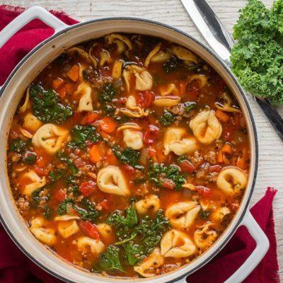 Сытный томатный суп с равиоли и куриными сосисками - рецепт с фото