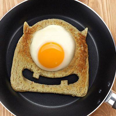 Тост с яйцом — веселый завтрак - рецепт с фото