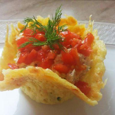 Салат в сырной корзиночке - рецепт с фото