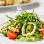 Вкусный салат с морепродуктами и томатами