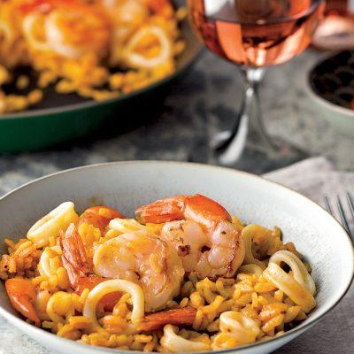 Восхитительная паэлья с креветками и кальмарами - рецепт с фото