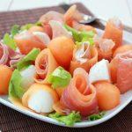 Праздничная закуска из дыни, сыра и ветчины