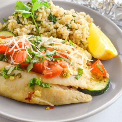 Запечённая рыба с рисом и овощами - рецепт с фото