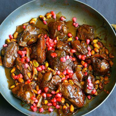 Жареная куриная печень с луком и кукурузой - рецепт с фото