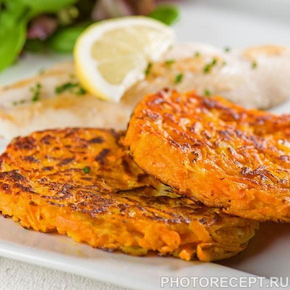 Жареный лосось с морковными котлетами и луком