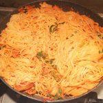 Паста под сливочно-томатным соусом с карри