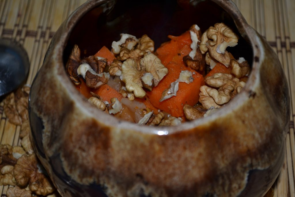 Фото рецепта - Сочная тыква с яблоками, запеченная в горшочках - шаг 5