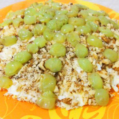 Слоеный салат с курицей и виноградом - рецепт с фото