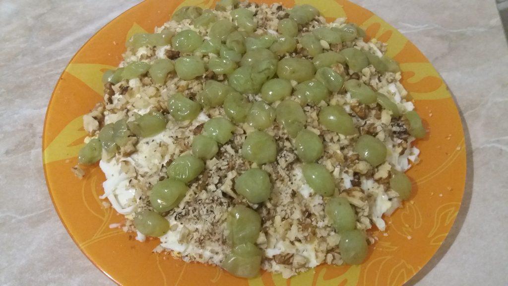 Фото рецепта - Слоеный салат с курицей и виноградом - шаг 4