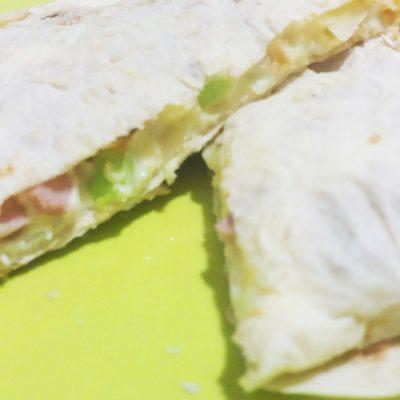 Закуска в лаваше с сыром и колбасой - рецепт с фото