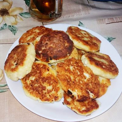 Золотистые сырники «Лакомство» - рецепт с фото