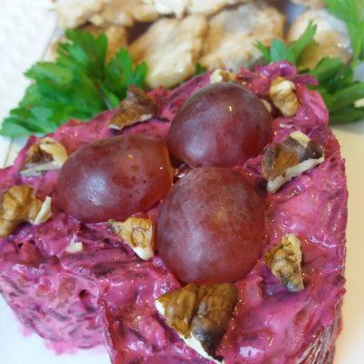 Салат из вареной свеклы с грецким орехом и виноградом - рецепт с фото