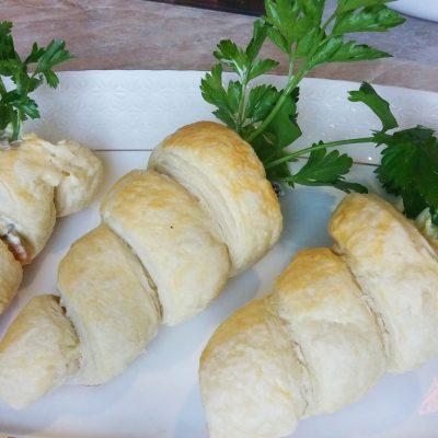 Забавная закуска — морковки из слоеного теста с грибным салатом - рецепт с фото