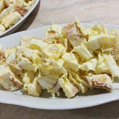 Салат из пекинской капусты с яичным блином и сухариками - рецепт с фото