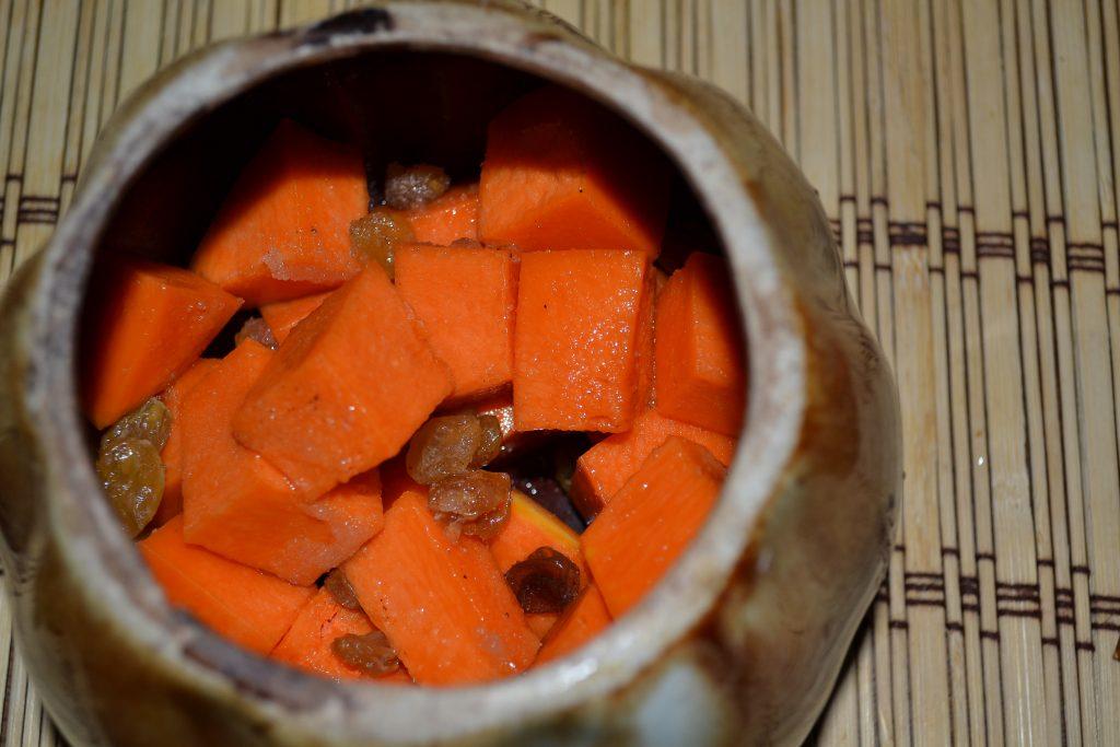 Фото рецепта - Сочная тыква с яблоками, запеченная в горшочках - шаг 3