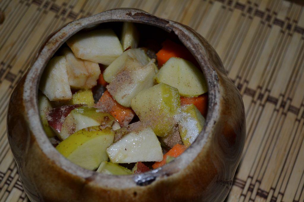 Фото рецепта - Сочная тыква с яблоками, запеченная в горшочках - шаг 4