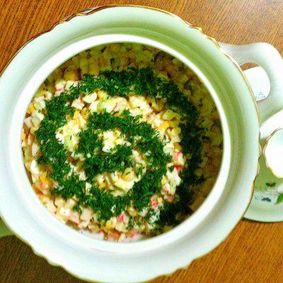 Крабовый салат «Прикопченый» с кукурузой - рецепт с фото