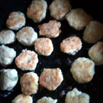 Фото рецепта - Легкие котлетки из куриного филе с рисом - шаг 4