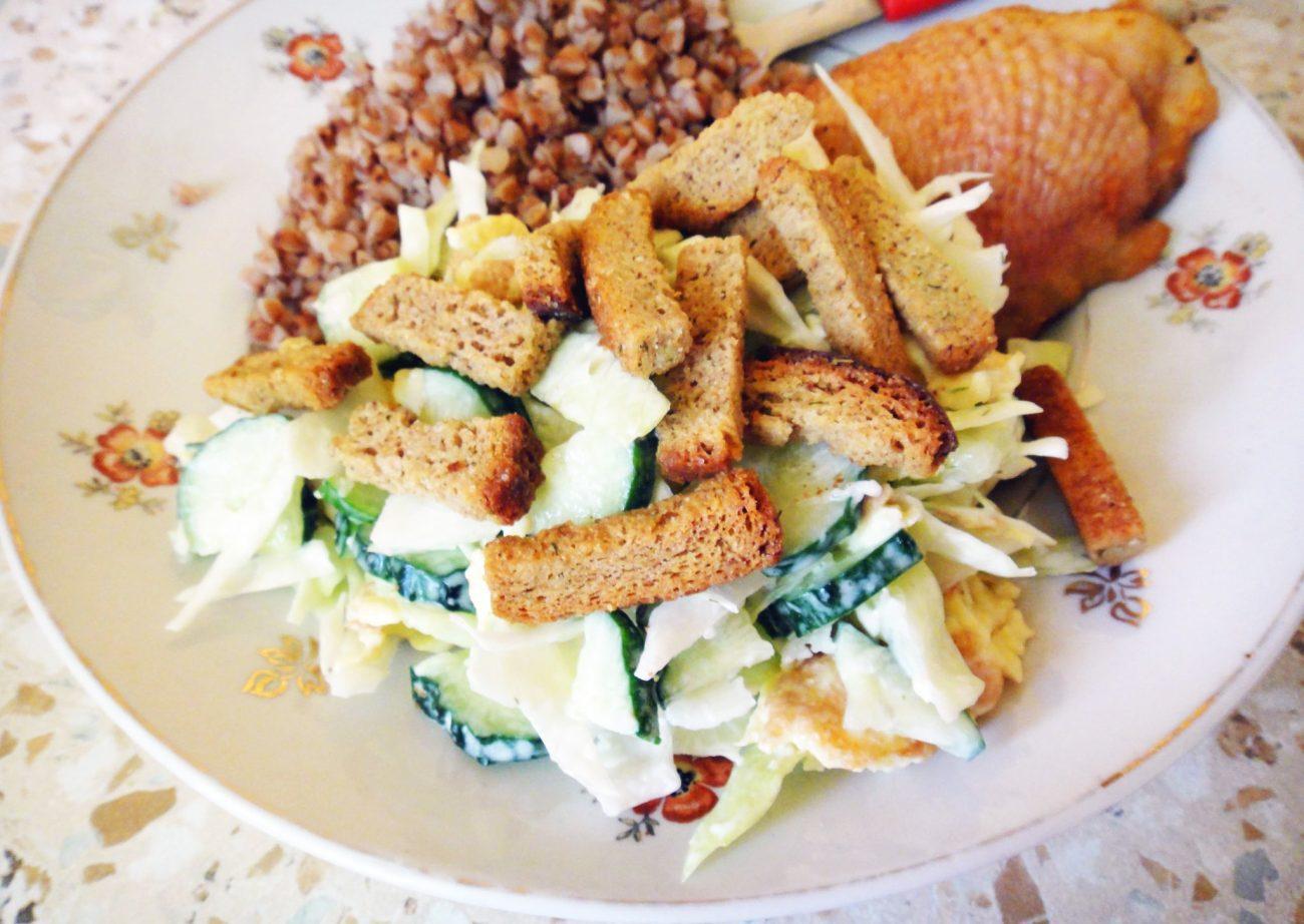 Тёплый салат с сухариками