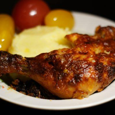 Запеченные куриные окорочка в томатном соусе - рецепт с фото