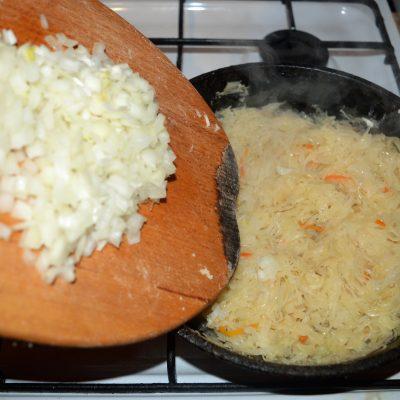 Фото рецепта - Постный пирог с квашеной капустой и грибами - шаг 3