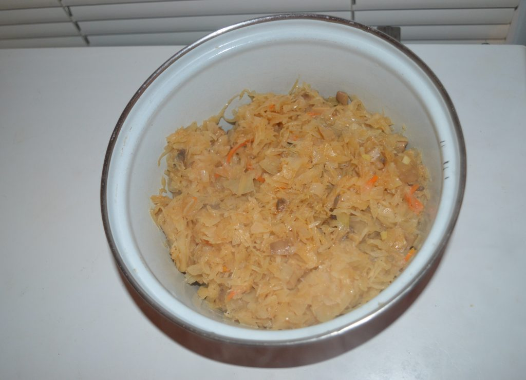Фото рецепта - Постный пирог с квашеной капустой и грибами - шаг 6