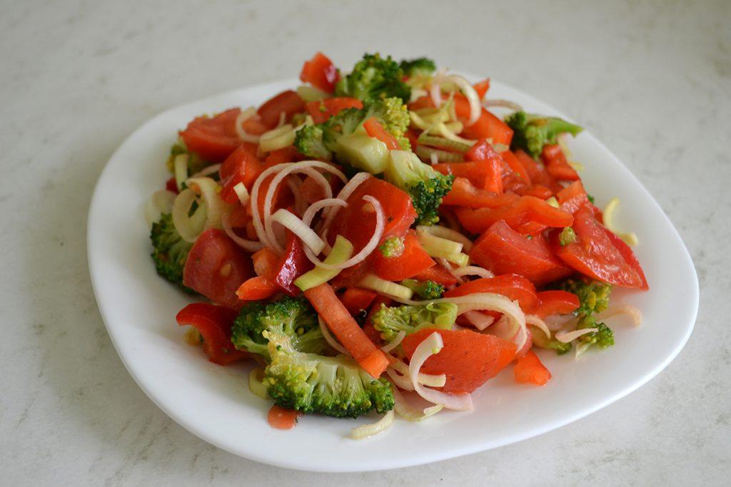 Фото рецепта - Салат с брокколи, томатов и перца - шаг 7