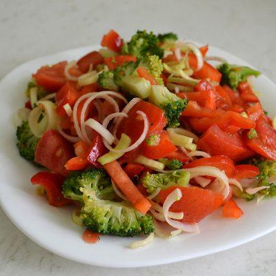 Салат с брокколи, томатов и перца - рецепт с фото
