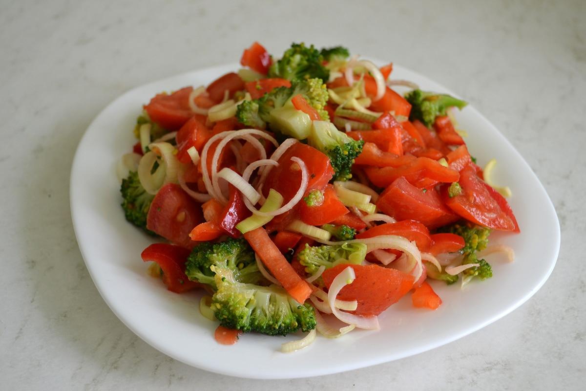 Салат с брокколи, томатов и перца