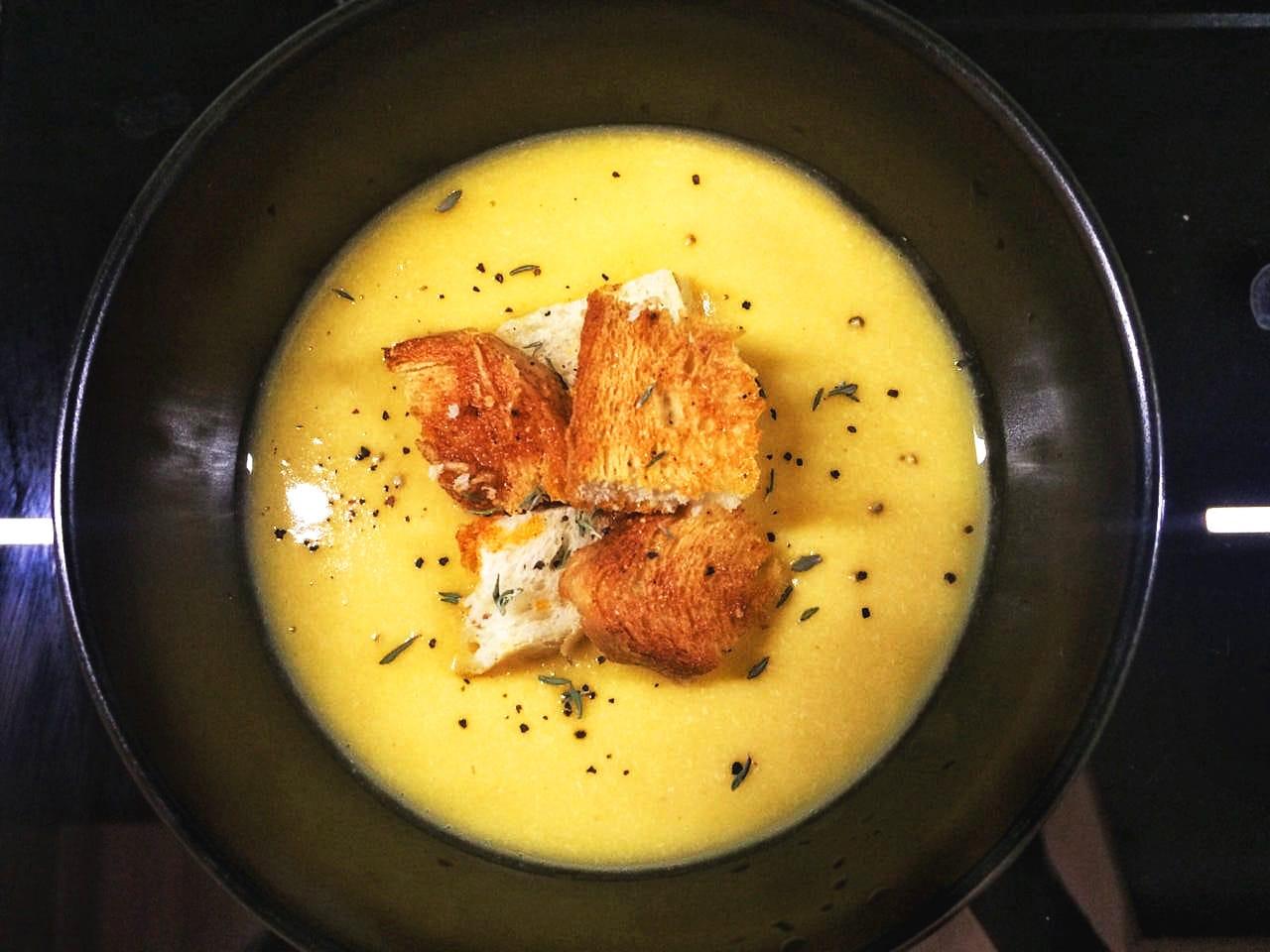 Крем-суп из тыквы и красной чечевицы с чесночными гренками