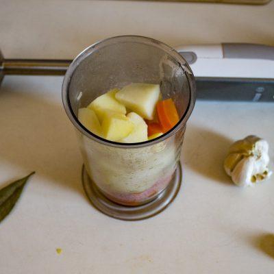 Фото рецепта - Куриный крем-суп с сыром и овощами - шаг 6