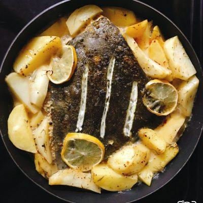 Камбала запеченная с картофелем и лимоном - рецепт с фото