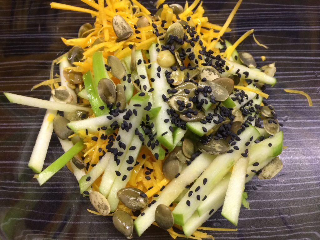 Фото рецепта - Салат из тыквы и зеленого яблока - шаг 3