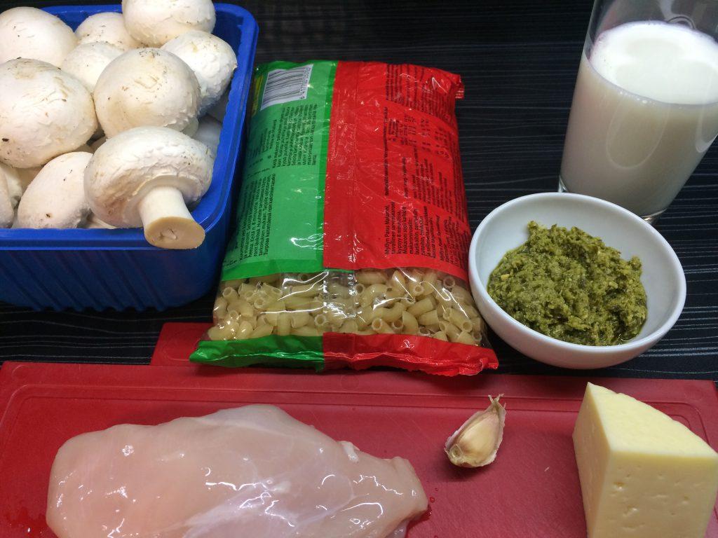 Фото рецепта - Паста с курицей и грибами с соусом песто - шаг 1