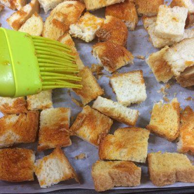 Фото рецепта - Крем-суп из тыквы и красной чечевицы с чесночными гренками - шаг 5