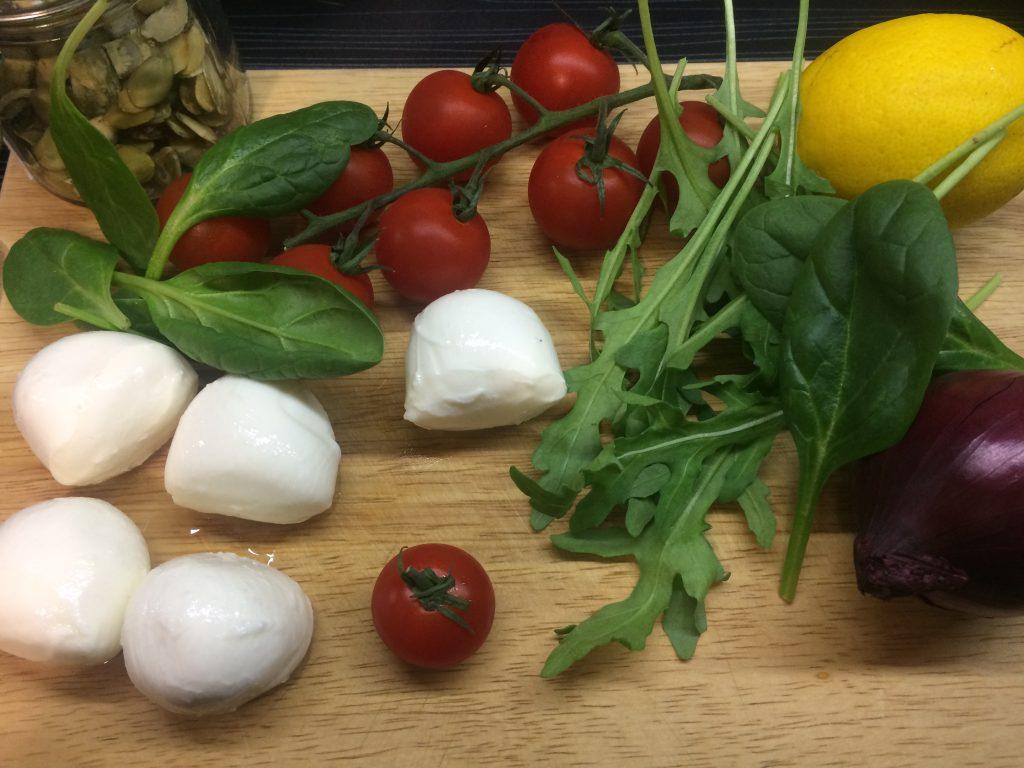 Фото рецепта - Салат из рукколы с запеченными томатами и моцареллой - шаг 1