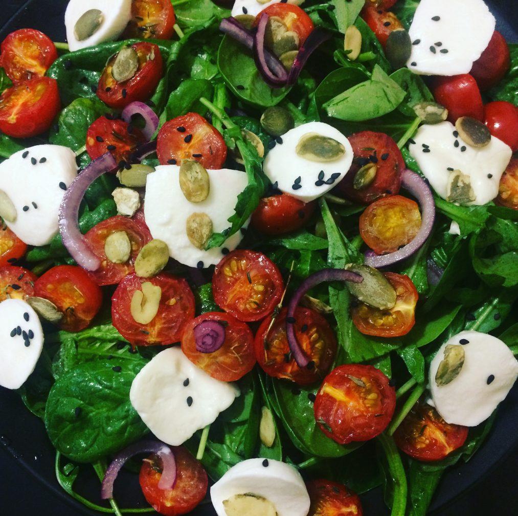 Фото рецепта - Салат из рукколы с запеченными томатами и моцареллой - шаг 5