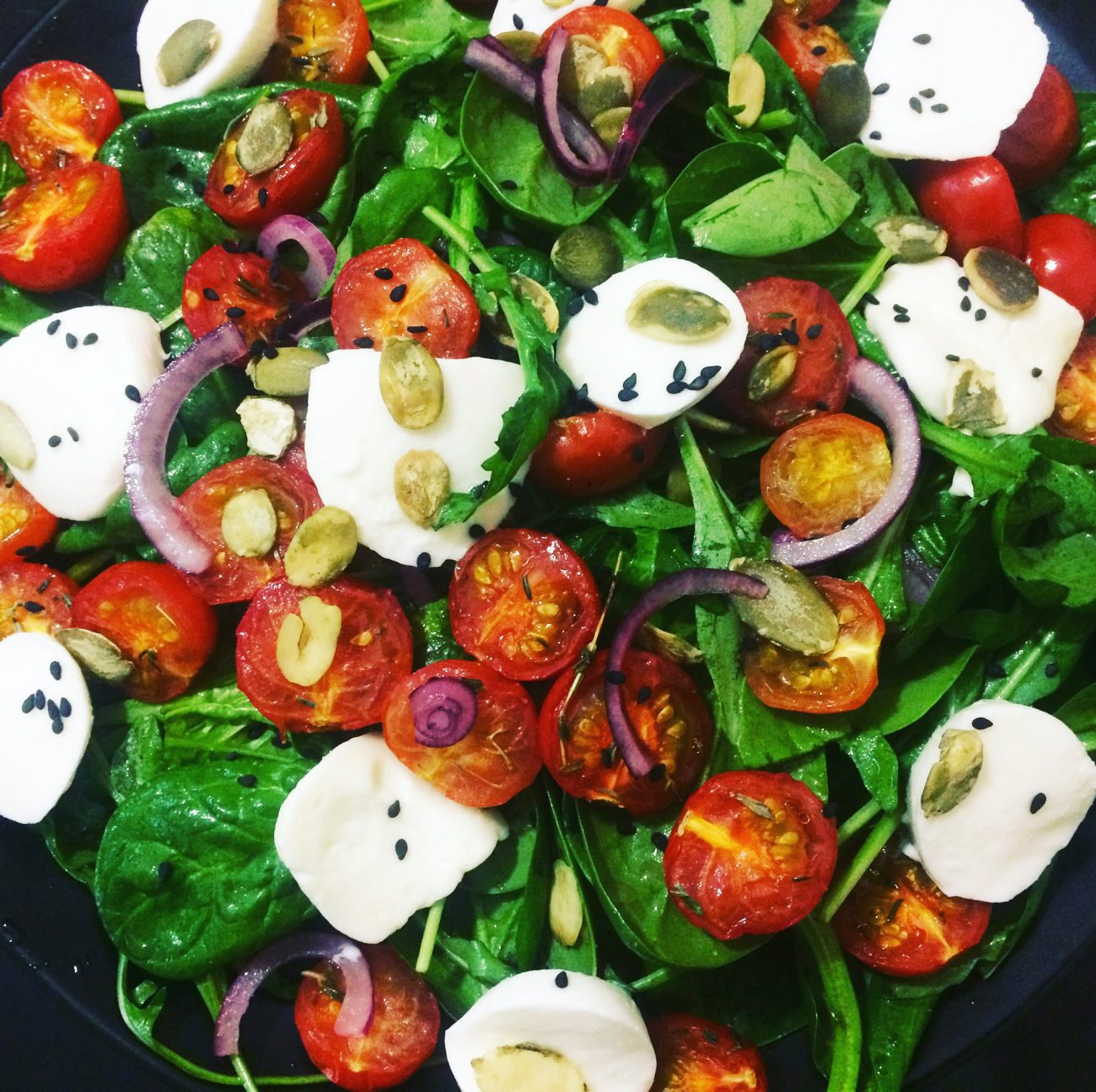 Салат из рукколы с запеченными томатами и моцареллой