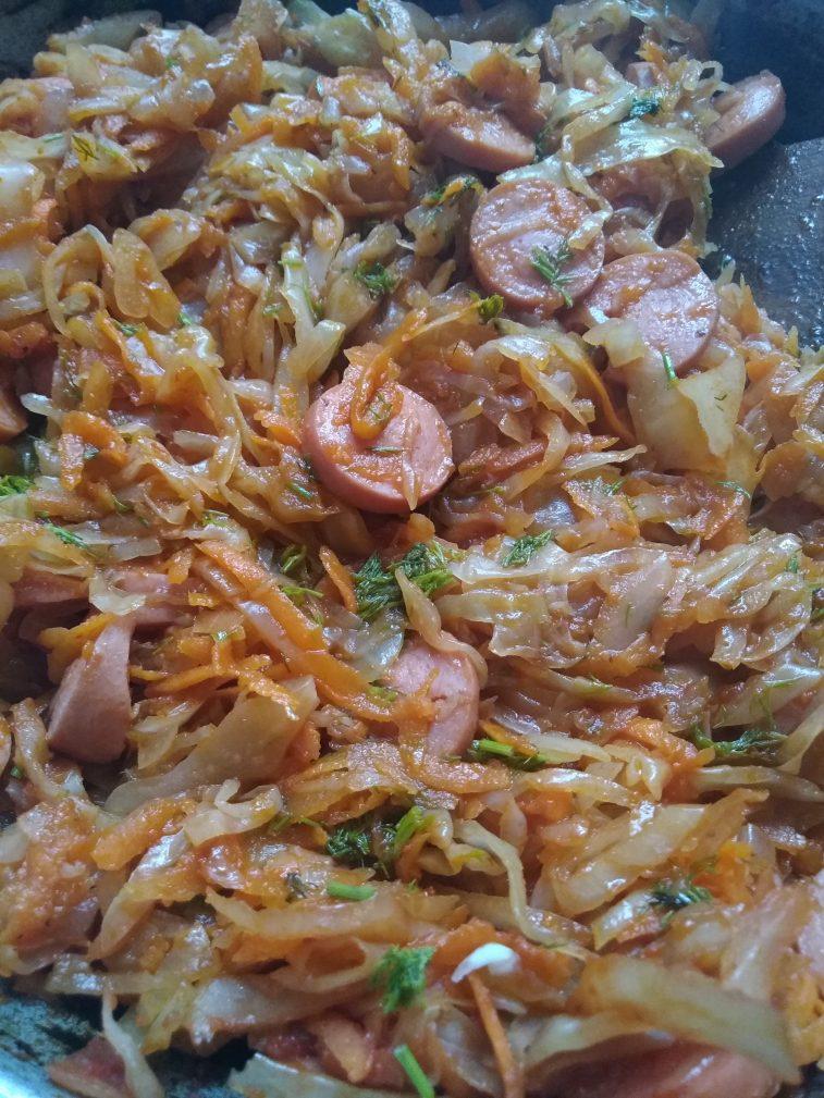 Фото рецепта - Тушеная капуста с сосисками в томате - шаг 5